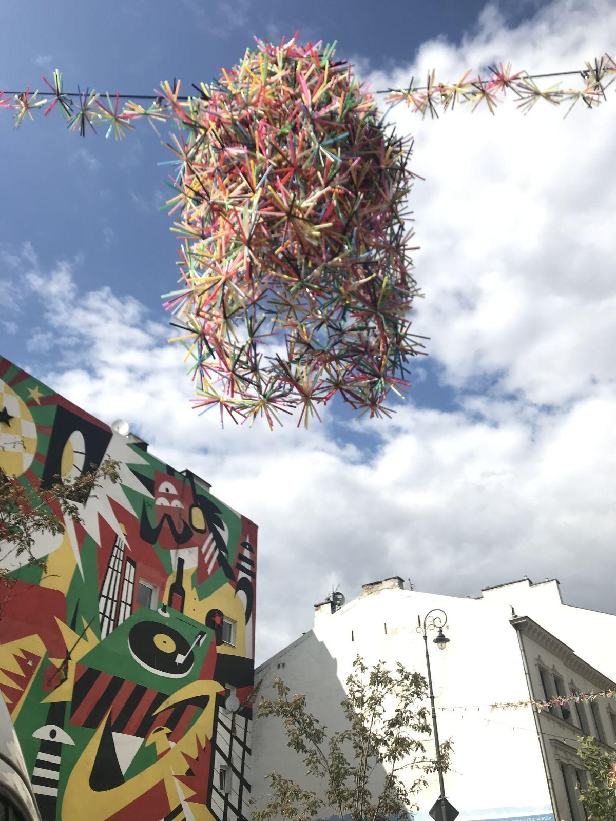 Do stworzenia lampionów na Ząbkowskiej artystki zużyły 150 000 słomek z odpadów.